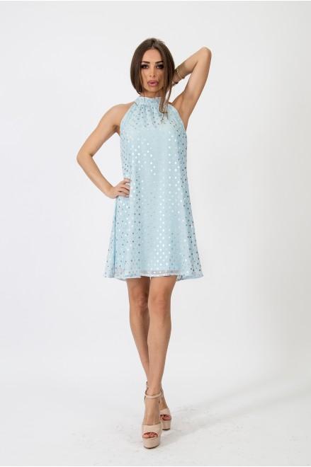 Коктейлна рокля на точки в нежно синьо
