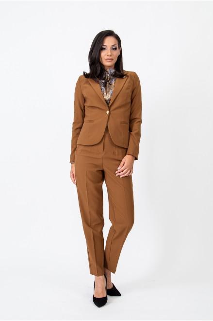 Елегантно сако в кафяв цвят с брошка