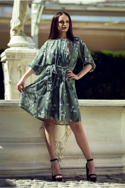 Шифонена рокля с коланче на флорални мотиви в зелено