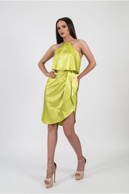 Сатенирана рокля с тънки презрамки в зелено