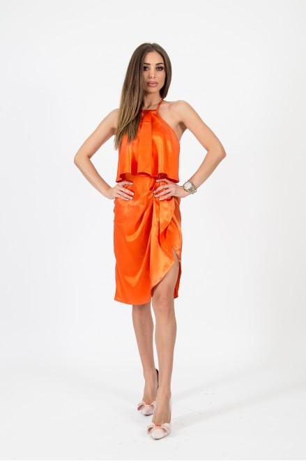 Сатенирана рокля с тънки презрамки в оранжево