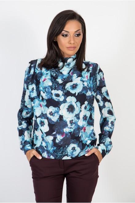 Шифонена риза с гръцко деколте на флорални мотиви в син цвят